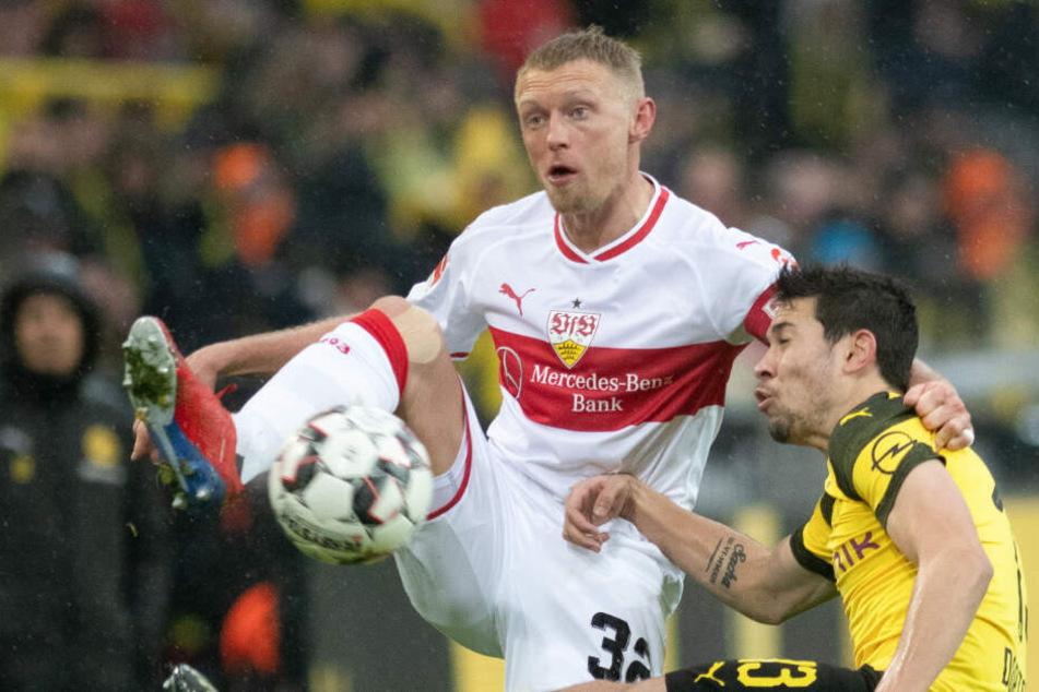 VfB-Verteidiger Andreas Beck (l.) vor BVB-Mittelfeldmann Raphael Guerreiro (r.) am Ball.