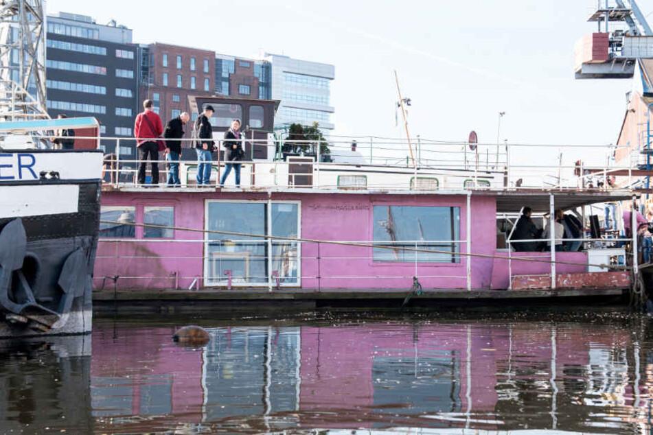 Das Hausboot von Gunter Gabriel liegt in Hamburg-Harburg.