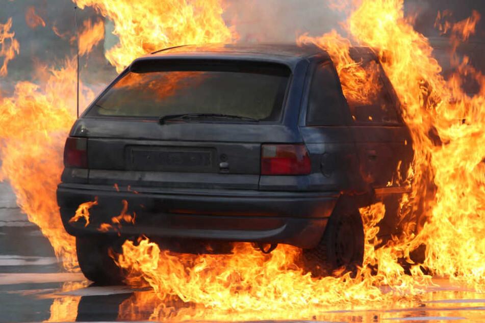 Der Wagen fing auf der A5 Feuer. (Symbolbild)