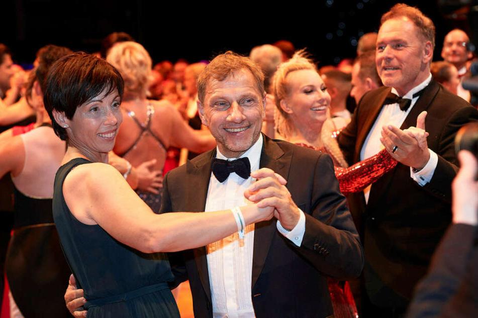 """Promis wie Richy Müller (Mitte) und """"Brisant""""-Reporterin Susanne Klehn (38, 2.v.r.) tanzten ausgelassen durch die Nacht."""