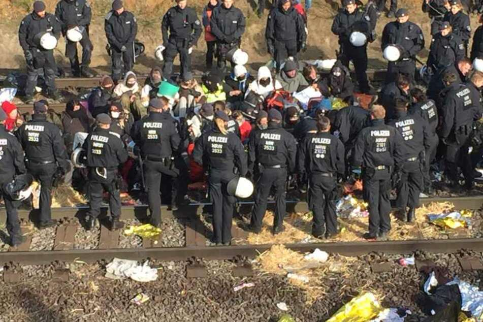 Am Samstag (28. Oktober) hatte die Polizei die Blockade noch geduldet, an diesem Sonntag wurden die Gleise geräumt.