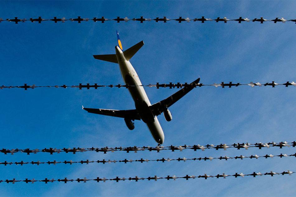 Eine Maschine der Lufthansa nach dem Start (Symbolbild)