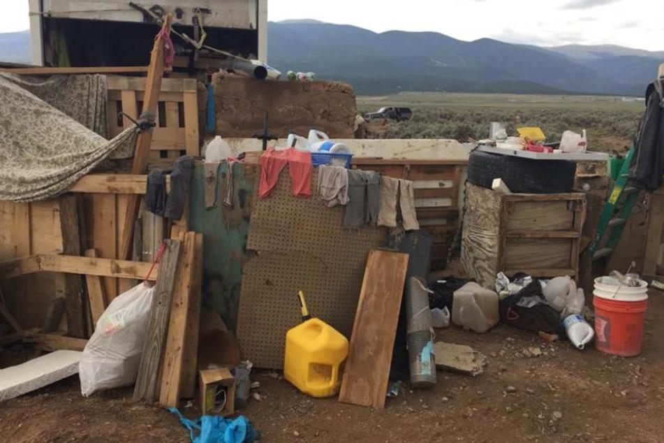 Der Verschlag bestand aus einem kleinen Wohnwagen, der im Boden vergraben und mit Plastik bedeckt war.
