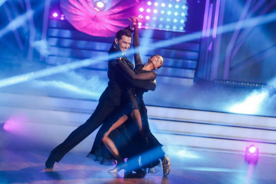 """Sabrina Setlur, Rapperin, und Andrzej Cibis, Profitänzer, tanzen in der RTL-Tanzshow """"Let's Dance""""."""