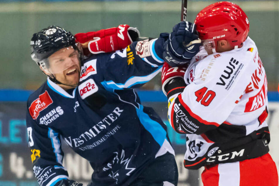 Eislöwe Alexander Dotzler schenkte im ersten Duell der Saison ETC-Spieler Philip Halbauer ordentlich einen ein. Die Dresdner Fans hätten nichts gegen eine Wiederholung.