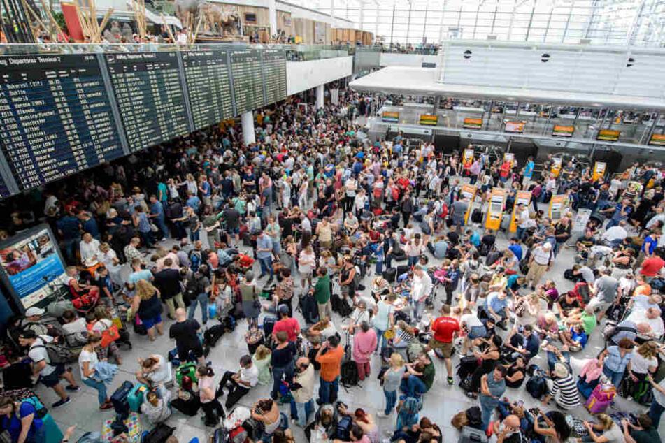 Zahlreiche Fluggäste strandeten vor dem Terminal 2 in München.