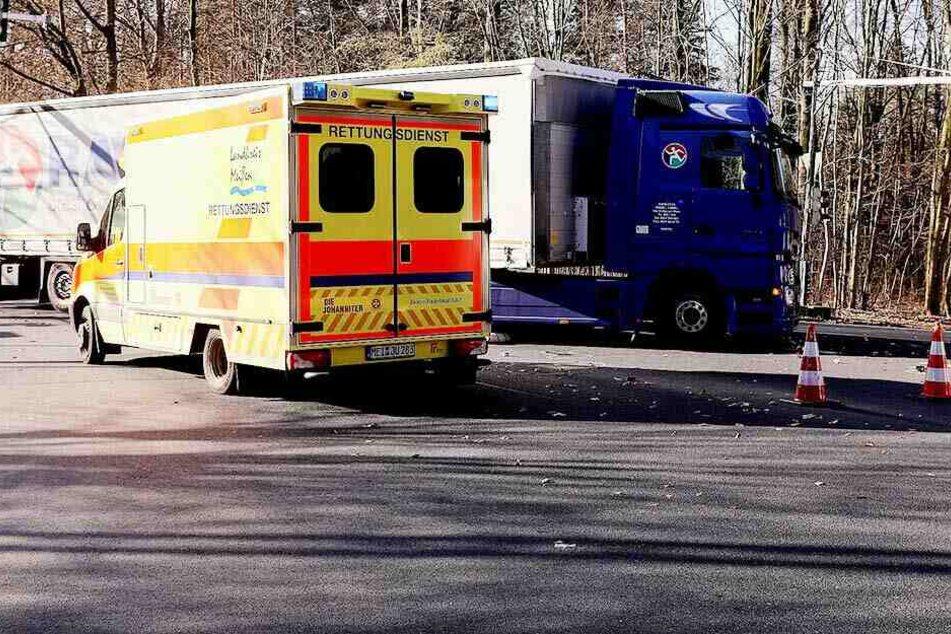 Ein Rettungswagen brachte den schwerverletzten Fahrradfahrer in ein Krankenhaus.