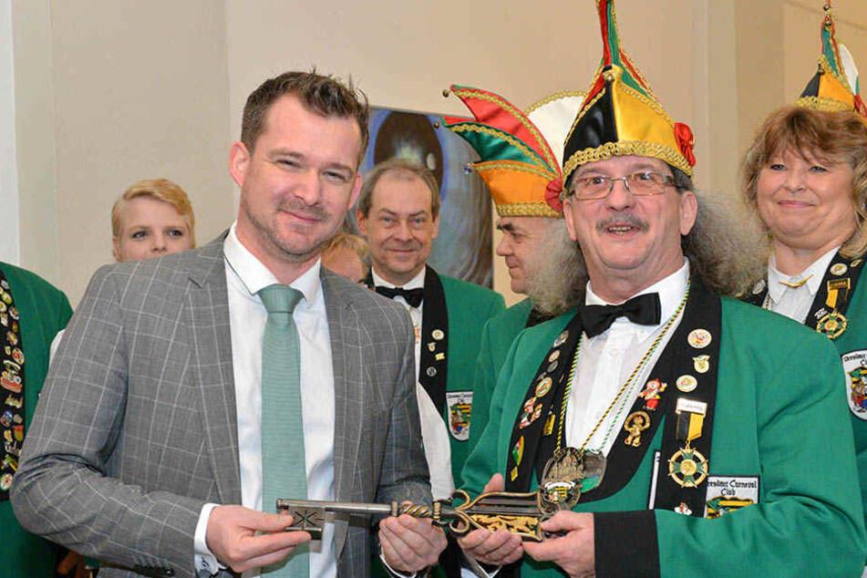 Karnevals-Präsident Michael Thiele (61, r.) gibt den Rathausschlüssel zurück an Bürgermeister Raoul Schmidt-Lamontain (41).