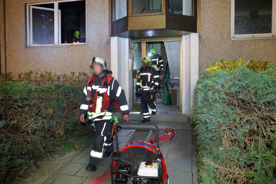 Die Feuerwehr löschte das Feuer und holte den Mieter aus der Brandwohnung.