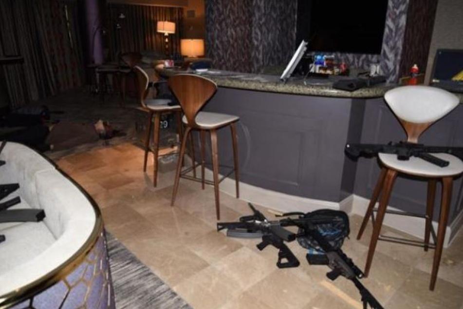 Egal ob in der Badewanne, auf Betten oder am Tresen. Die ganze Suite war voller Gewehre.