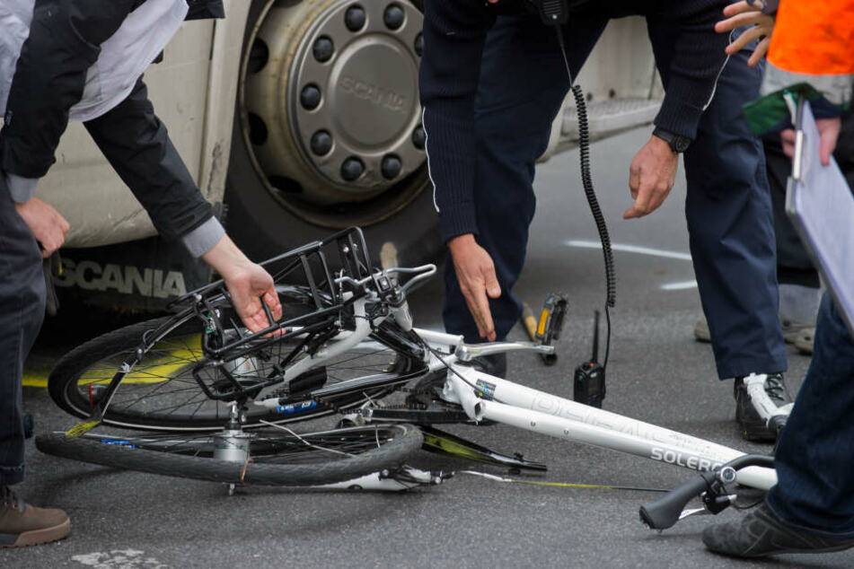 Noch am Unfallort erlag der 47-jährige Radfahrer seinen schweren Verletzungen. (Symbolbild)