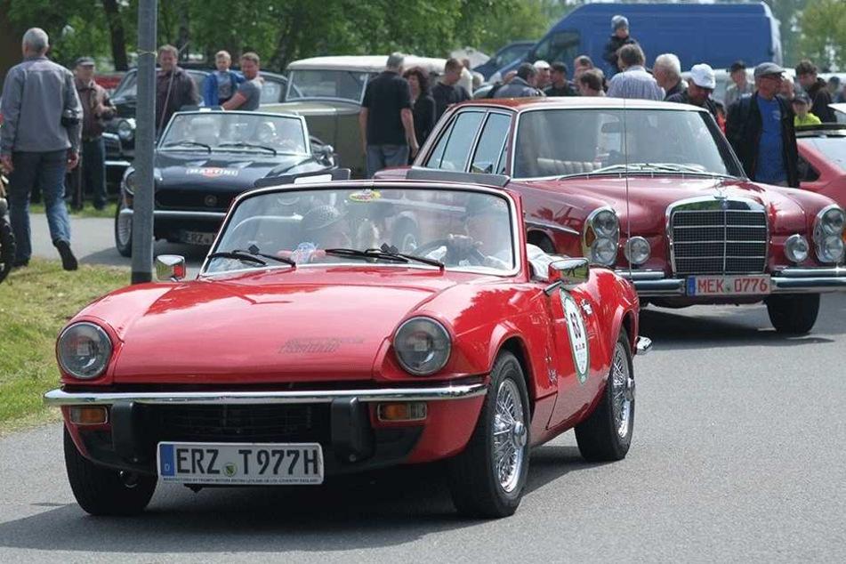 """Ausfahrt auf Englisch: Auch ein 1970er-Sportwagen """"Spitfire 1500"""" (F. vorn) des englischen Herstellers Triumph war in Lauta dabei."""