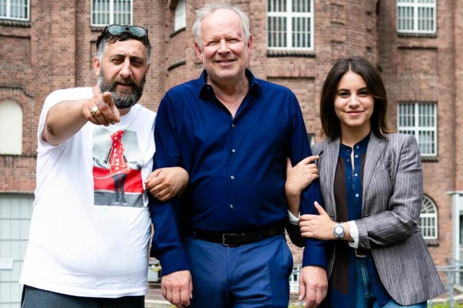 """Kida Ramadan (l-r), Axel Milberg und Schauspielerin Almila Bagriacik stehen gemeinsam im NDR-""""Tatort: Borowski und der Fluch der weißen Möwe"""" vor der Kamera."""