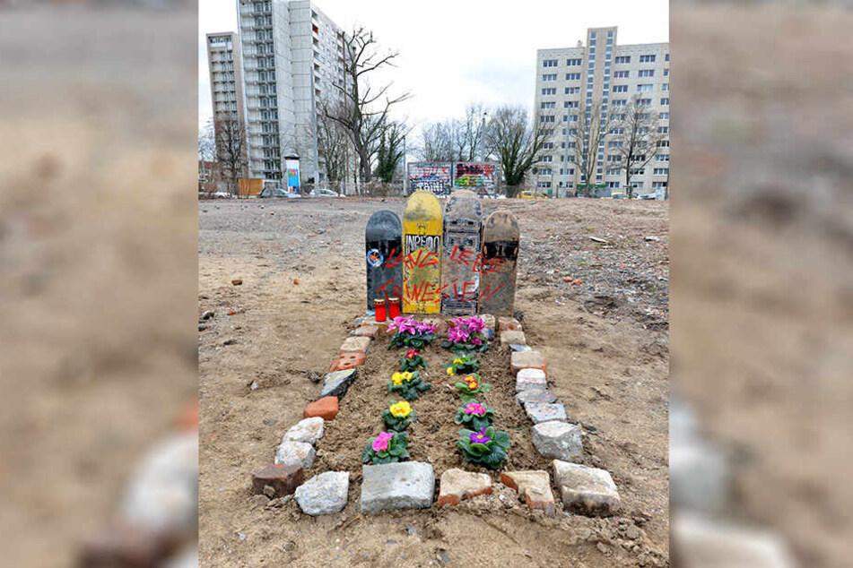 """Nach dem Abriss des Skateparks errichteten Rollbrettfahrer auf dem Gelände ein """"Skater-Grab""""."""
