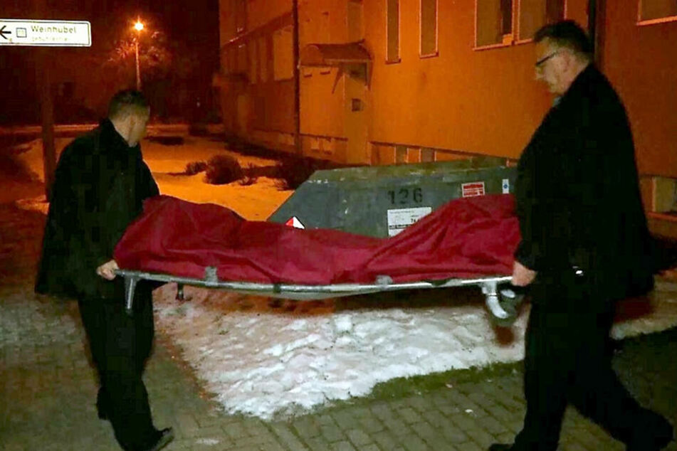 Der Leichnam von Philipp W. wird abtransportiert.