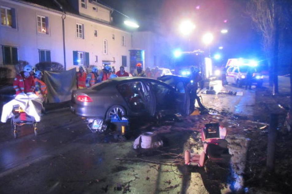 Bei dem schweren Unfall wurden drei Menschen verletzt.