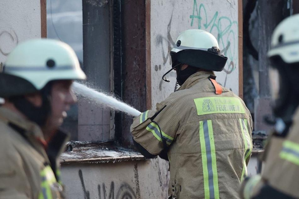 Die Feuerwehr konnte das Feuer löschen, das Gartenhaus aber dennoch nicht retten.
