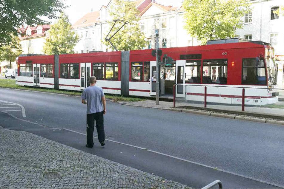 Der Mann wurde von dieser Straßenbahn erfasst und offenbar schwer verletzt.