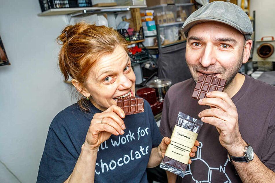 Süßer Genuss: Ulrike Hörenz (46) und Roland Schulze (48) genießen ihre selbst gefertigte Schokolade ohne Zucker.