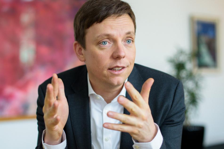 Saarland, Saarbrücken: Tobias Hans (CDU) gestikuliert während eines Interviews in seinem Büro.