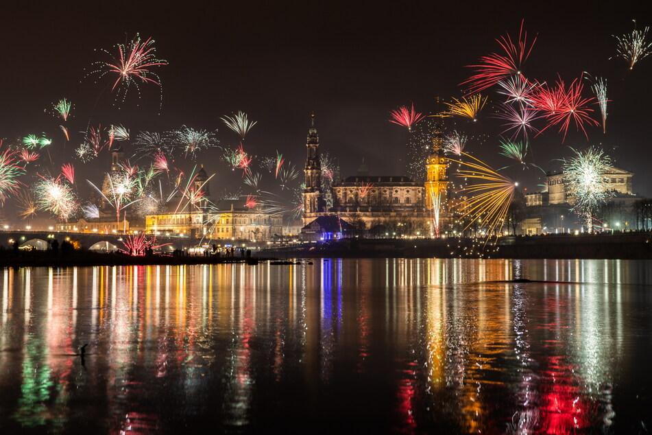 Silvester-Feuerwerk über der Altstadt von Dresden. Solche Fotos werden in diesem Jahr nicht möglich sein - das Zünden von Raketen ist im Stadtgebiet verboten.