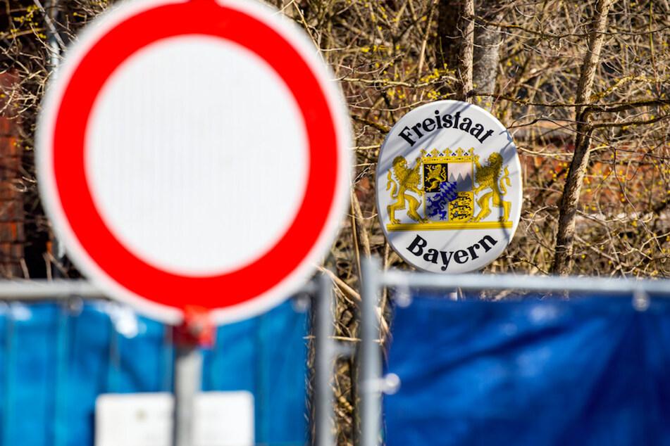 """Ein """"Durchfahrt verboten""""-Schild steht vor einem Bauzaun, der die Grenze zwischen dem Aschauer Ortsteil Sachrang auf bayerischer Seite und Niederndorferberg im Kufsteinerland in Tirol (Österreich) abgesperrt."""