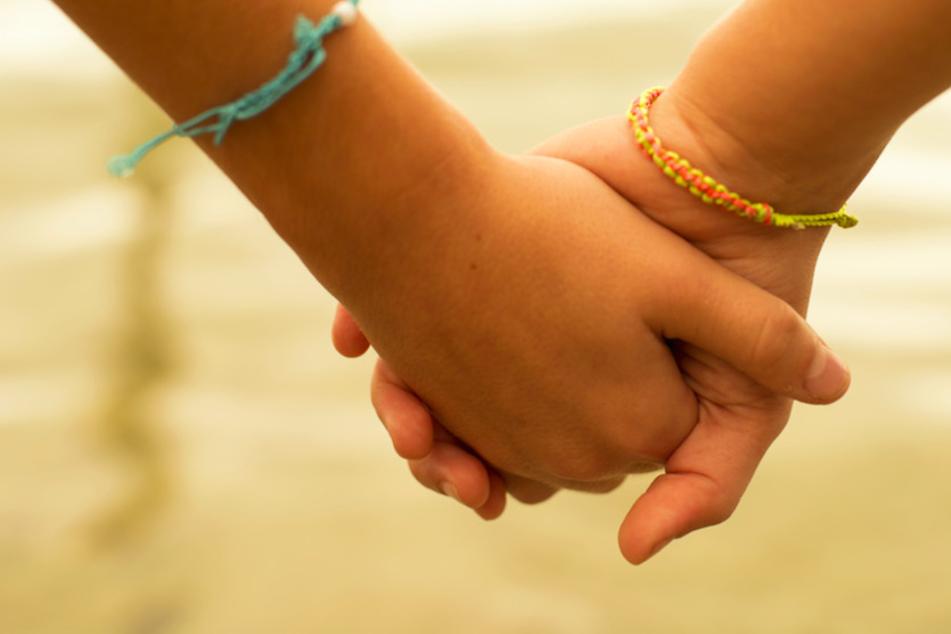 Wenn Familien nicht mehrere Kinder aufnehmen können, müssen Geschwister getrennt werden. (Symbolbild)