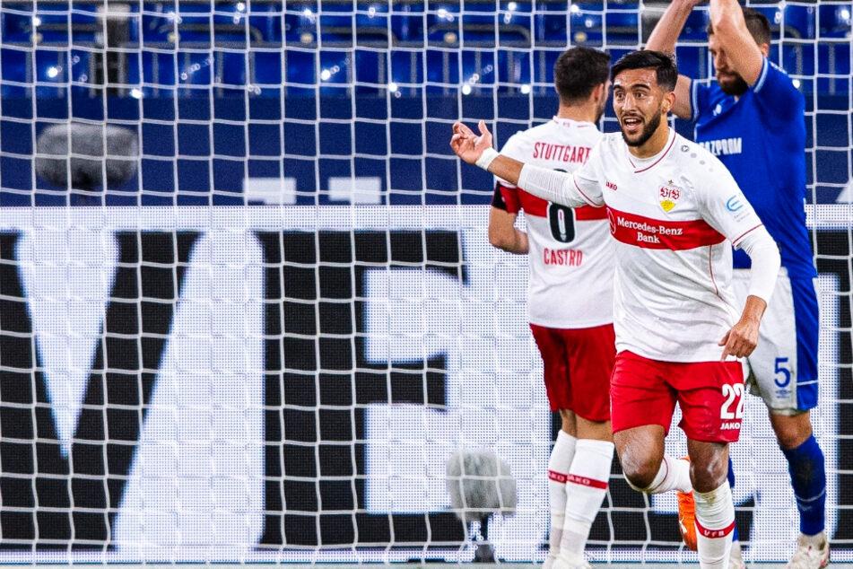 VfB-Stürmer Nicolas Gonzalez (Vordergrund) bejubelt sein Tor zum 1:1 gegen den FC Schalke 04.