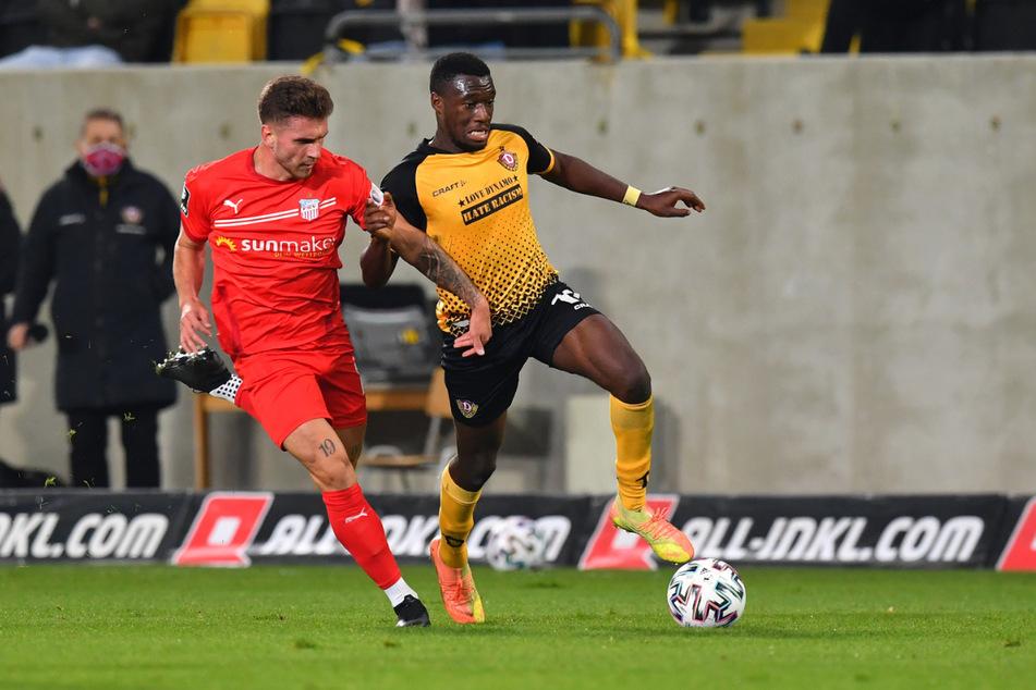Yannik Möker (21, l., hier gegen Dresdens Agyemang Diawusie, 23) läuft auch in der kommenden Saison für den FSV Zwickau auf.