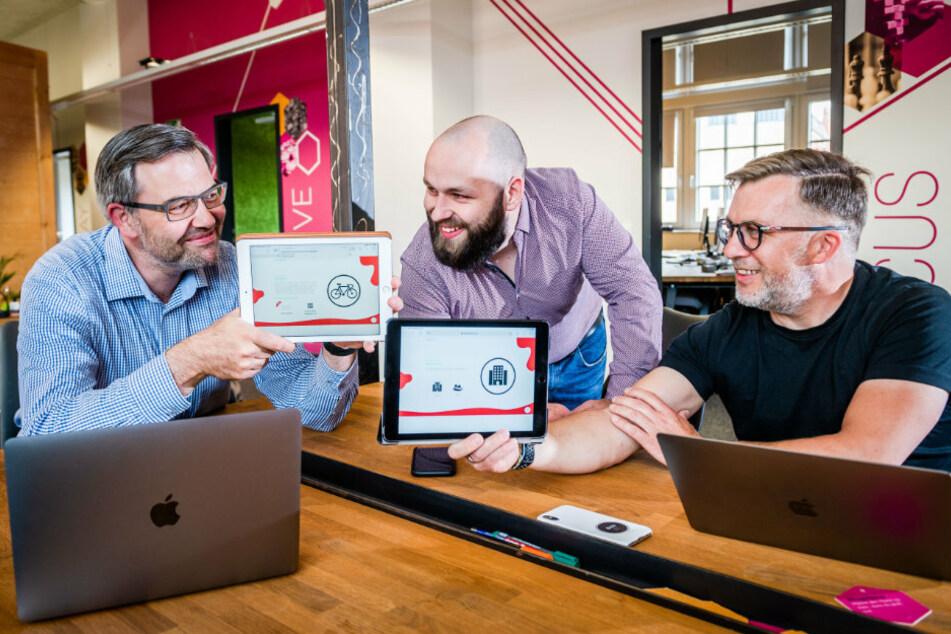 Norman Pfalzer (43, l.) und Jörg Kaufmann-Herzog (49, r.) haben die Firma Direa gegründet. Sie erklären Alex Faust (25) ihre Erfindung, einen digitalen Assistenzverkäufer.