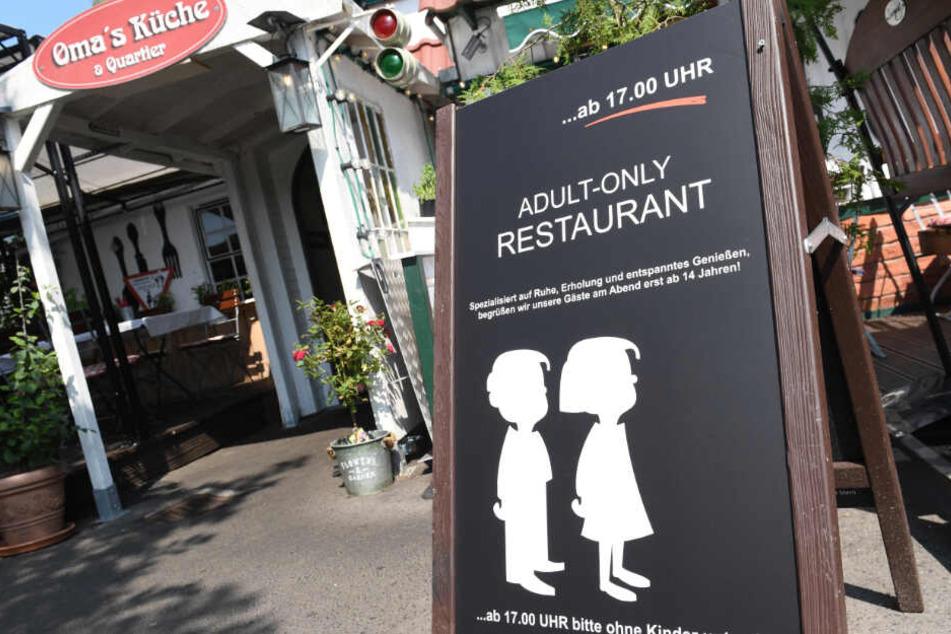 Mit diesem Schild sorgte ein Rügener Restaurant für Aufsehen. (Archivbild)