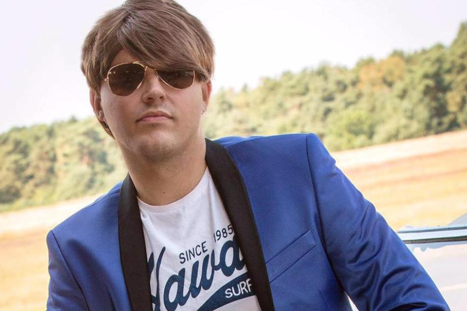 Die an Justin Bieber erinnernde Perücke und die Sonnenbrille sind die Markenzeichen von Connor Meister.