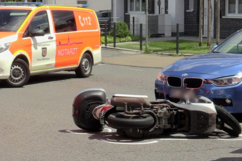 Schwerer Verkehrsunfall: Motorroller kollidiert mit BMW