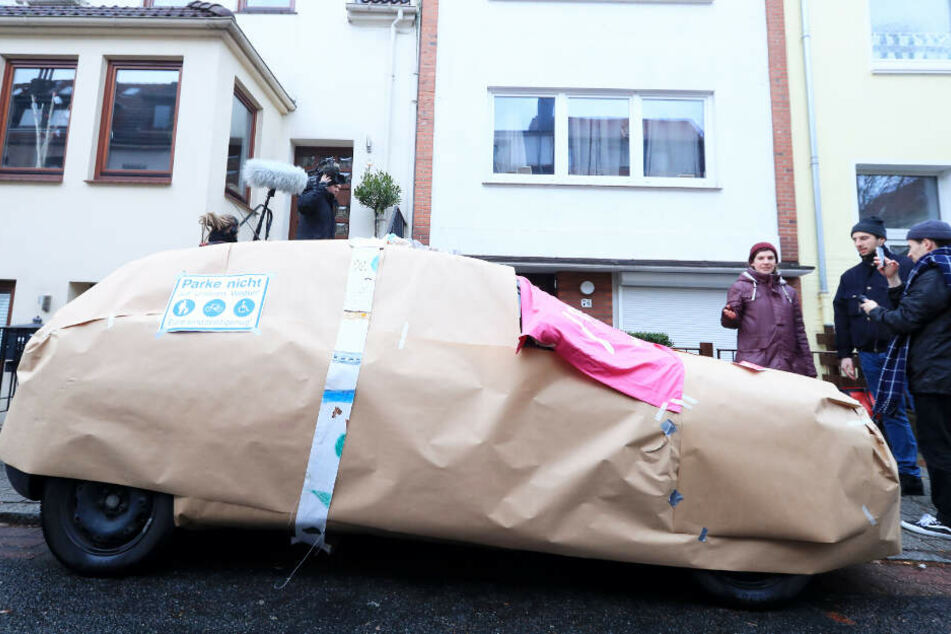 Mit dem eingepackten Auto wollen die Aktivisten auf Falschparker aufmerksam machen.