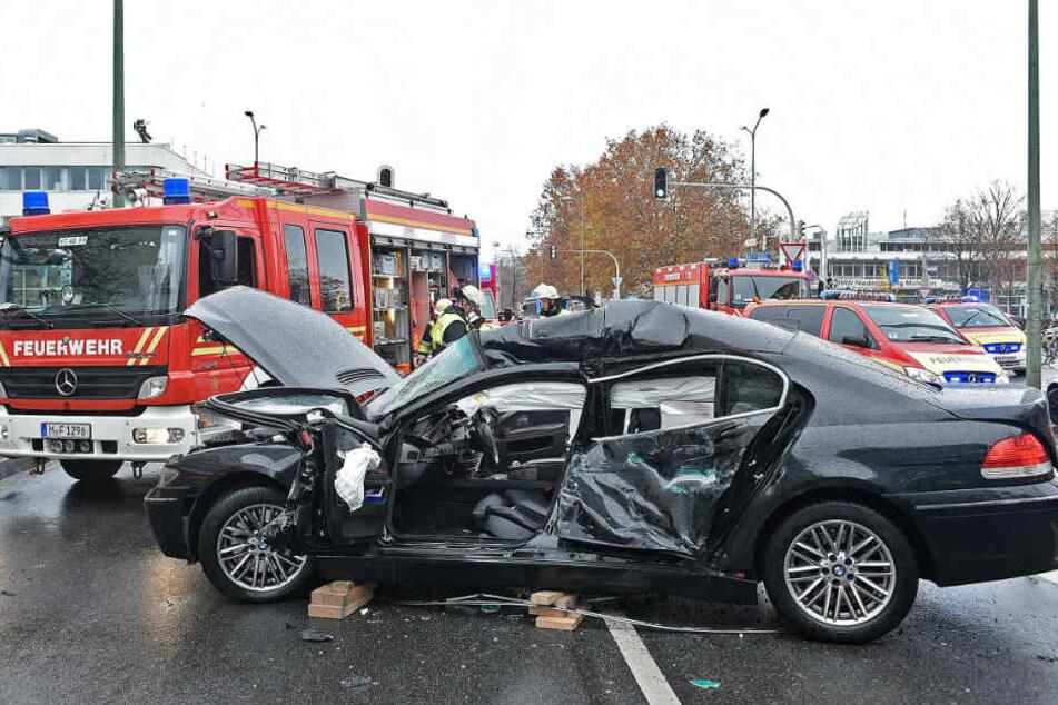 Der BMW wurde bei dem Unfall stark verformt.