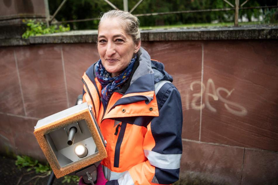 """Stefanie Schnellbächer ist Mitarbeiterin der Stadtreinigung und Teil der """"Soko Schmierfink""""."""
