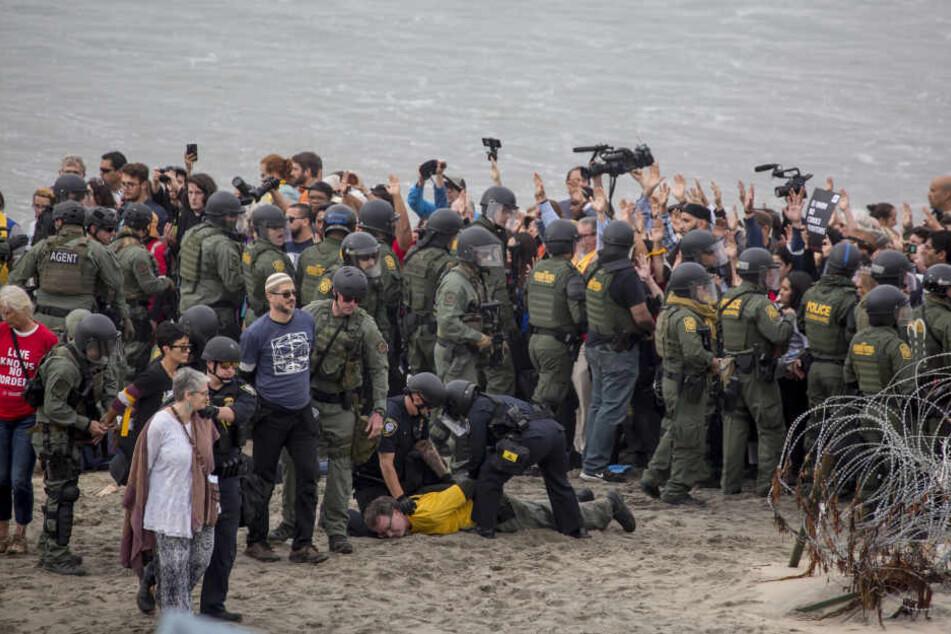 Hier werden Aktivisten, die an der Grenze zwischen den USA und Mexiko in Tijuana demonstrieren, festgenommen.