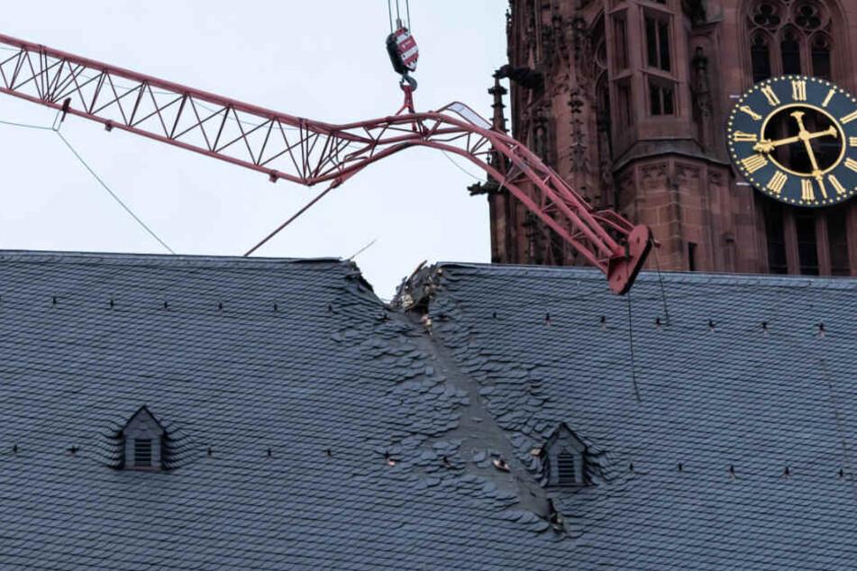 """Frankfurter Dom: Von Orkan """"Sabine"""" umgeknicktes Kran-Teil vom Dach geborgen"""