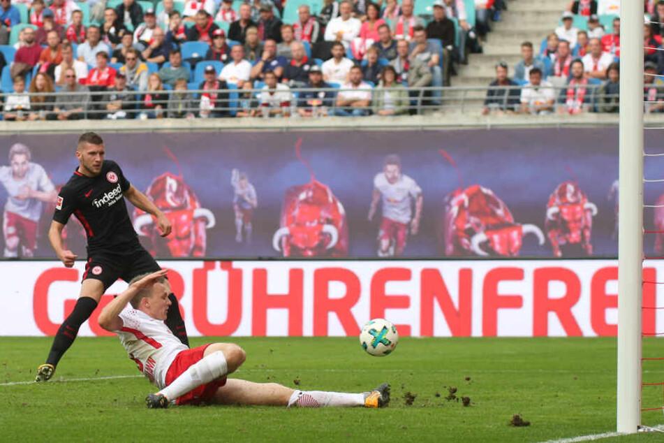 Der Ex-Leipziger Rebic (l.) machte das Spiel durch seinen Treffer zum 1:2 noch mal spannend. Klostermann kam zu spät.