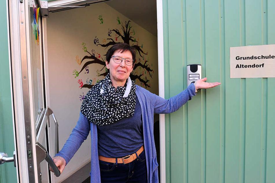 Schulleiterin Karin Emmerling (62) kann nichts Schlechtes über ihre Container-Grundschule in Altendorf sagen.