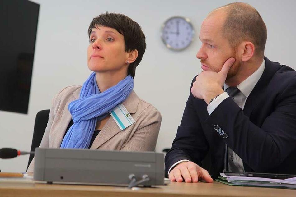 Frauke Petry (43) auf der Anklagebank mit ihrem Anwalt Carsten Brunzel (41).