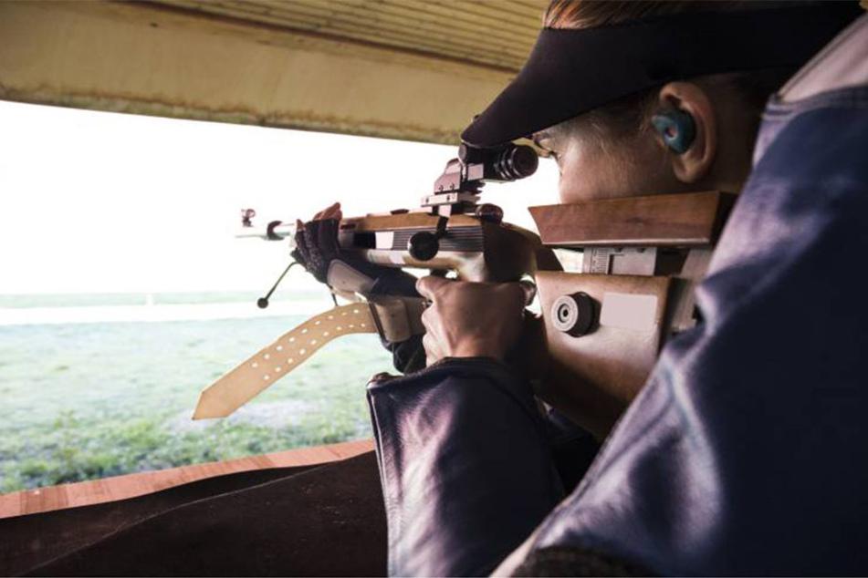 Plötzlich Schüsse! Junge Leute zielen auf Passanten