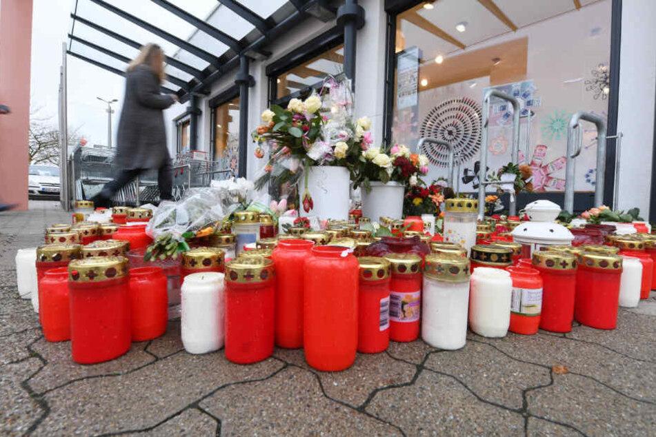 Kandel im Januar: Menschen haben Blumen und Kerzen vor dem Drogeriemarkt niedergelegt, in dem Mia erstochen wurde.