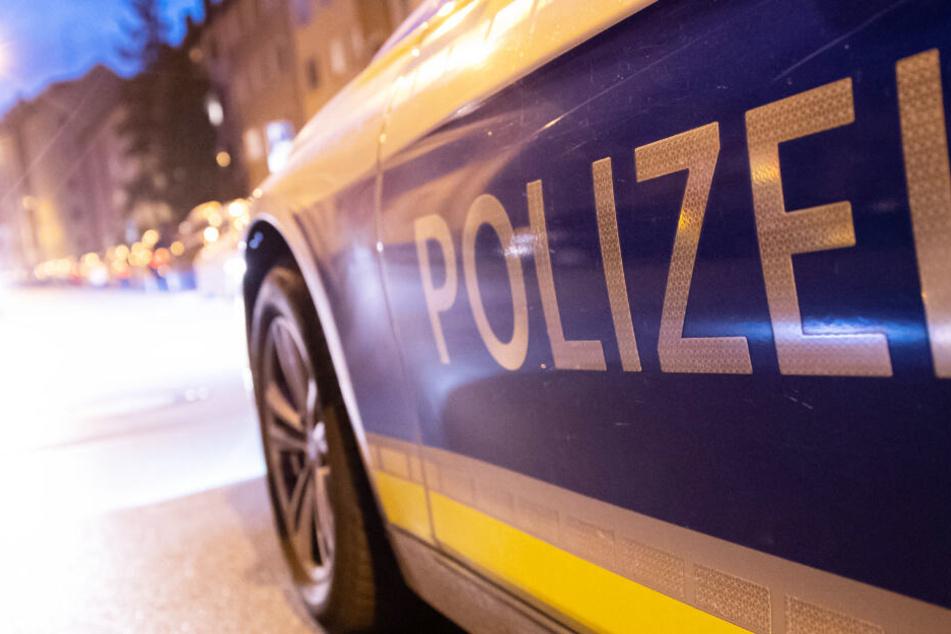 Mann randaliert in Wohnung und greift Eltern an: Polizei muss mit Waffen drohen