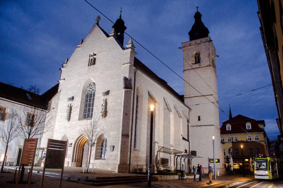 Der oder die Unbekannten verwüsteten die Kirche in der Erfurter Regierungsstraße.