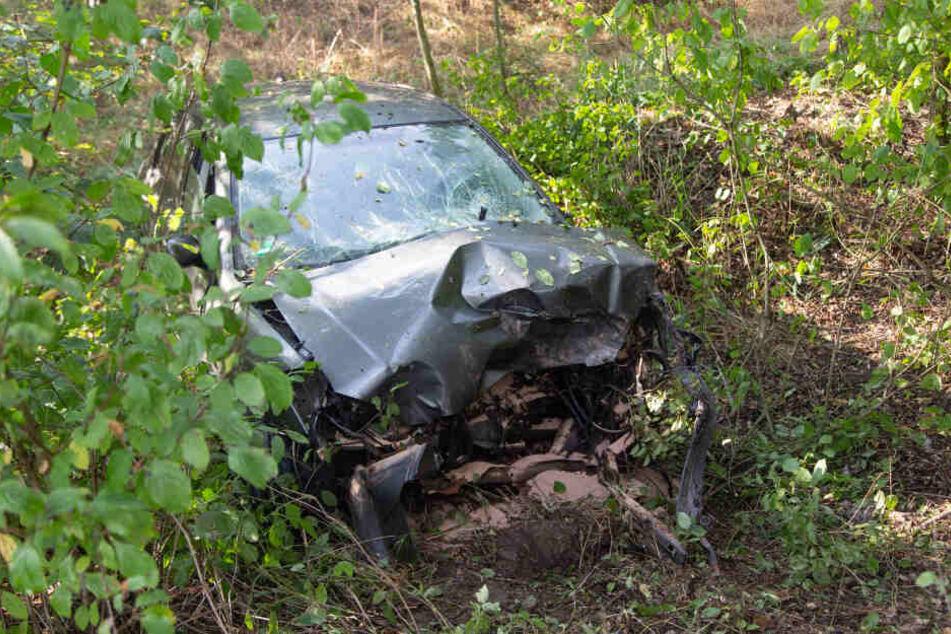 Fahrerin kracht in Lkw und muss von Ersthelfern aus Wagen gerettet werden