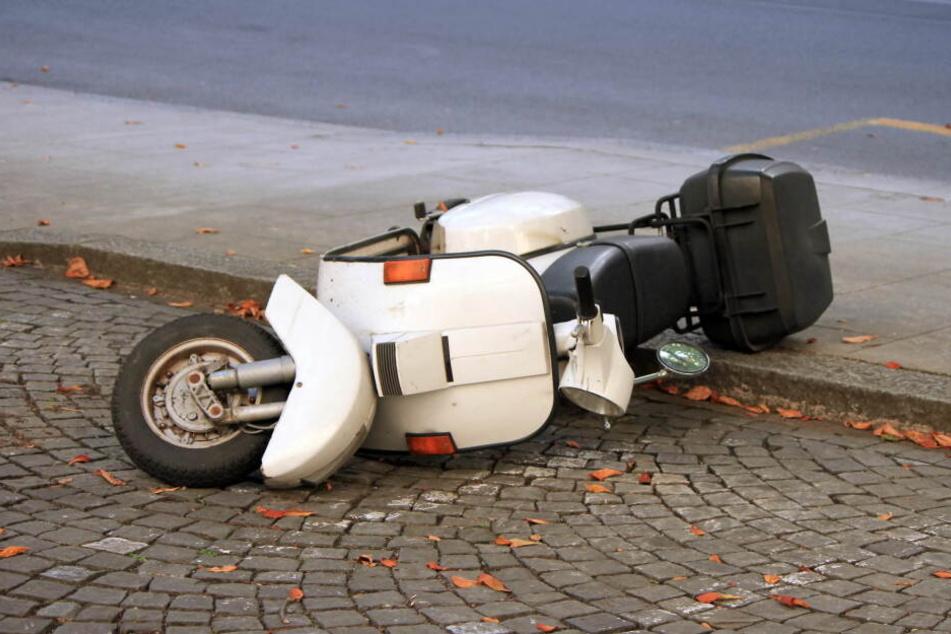 Die 17-Jährige krachte mit ihrem Moped auf einen Laster. (Symbolbild)