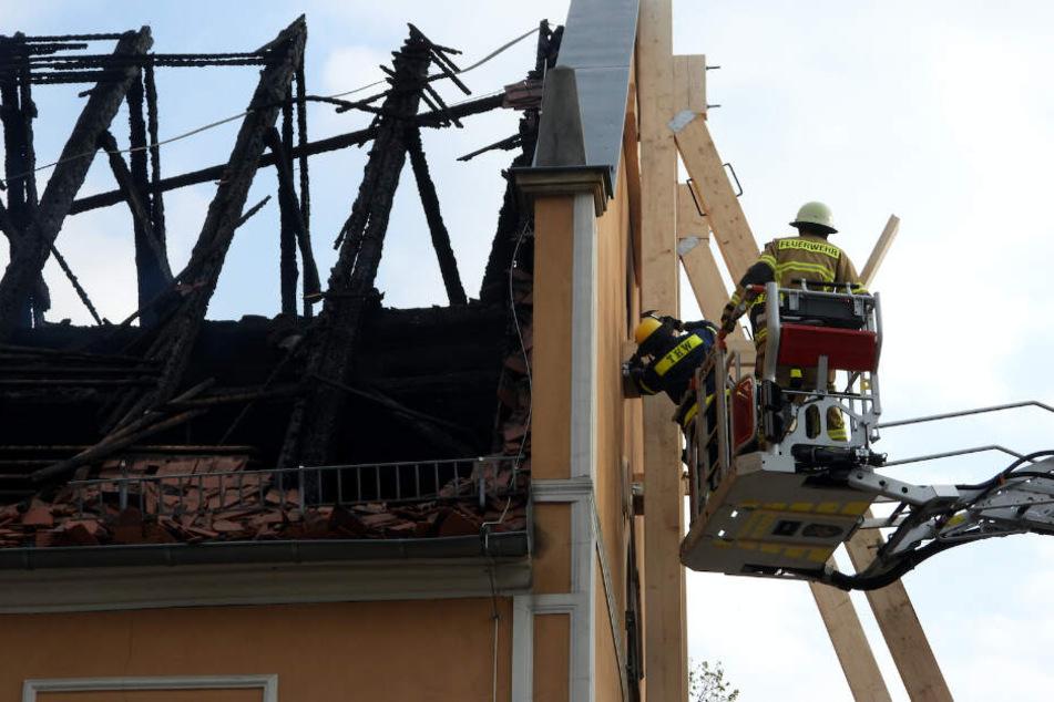 Einsatzkräfte von THW und Feuerwehr stabilisieren den einsturzgefährdeten Giebel des Gasthauses.