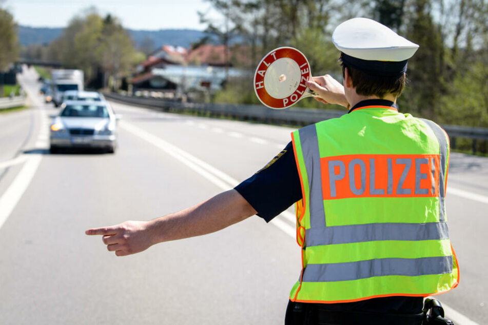 Ein Polizeibeamter leitet den Verkehr auf einem Autobahn-Abschnitt. (Symbolbild)