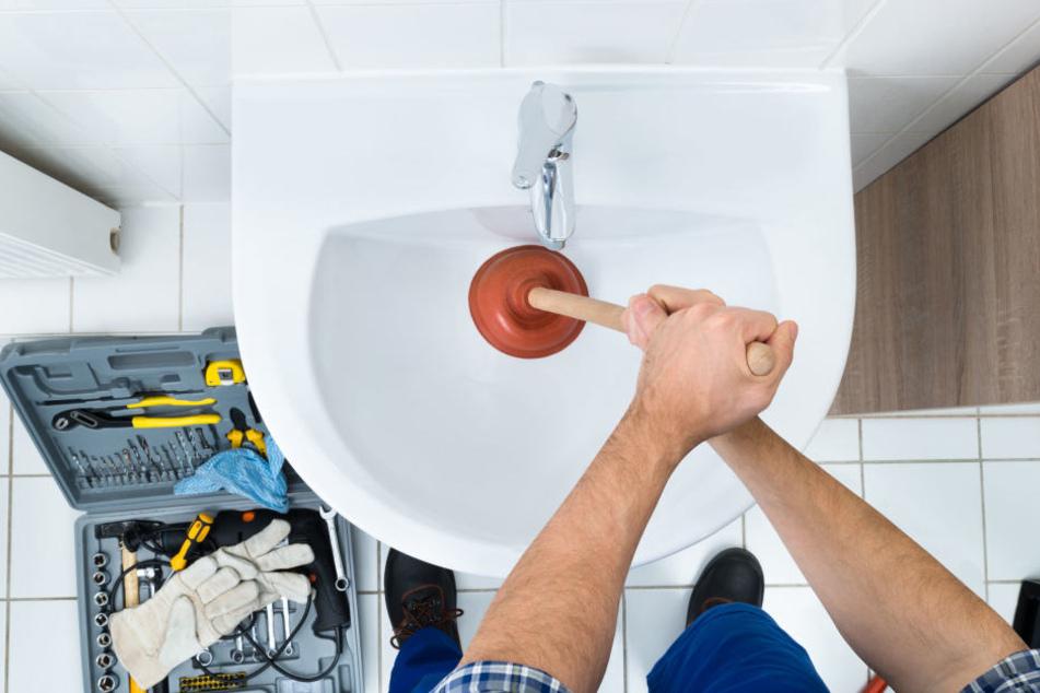 Manchmal reicht auch eine kleine Reparatur bei einer Verstopfung. Doch betrügerische Handwerker machen aus der Mücke einen Elefanten.